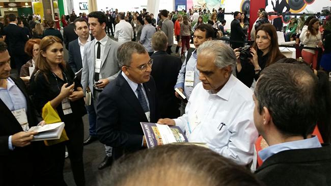 Ram Charan recebendo a pesquisa Talento Brasileiro