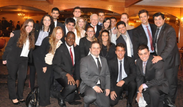 Grupo de brasileiros reunidos durante o encontro